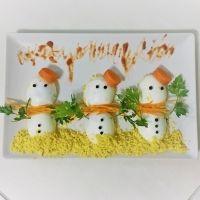 Huevos rellenos con forma de muñeco de nieve. Recetas de Navidad