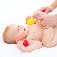 Masaje para aliviar los cólicos del bebé