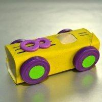 Un coche de carreras con material reciclado para niños