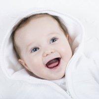 Bebé riéndose y asustándose