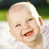Bebé se ríe tanto que cae