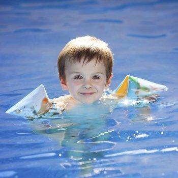 ¿Manguitos o flotador para los niños?