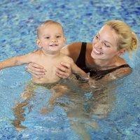 Aprendizaje y ejercicios en el agua para bebés de 15 meses