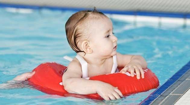 Son seguros los manguitos y los flotadores for Piojos piscina
