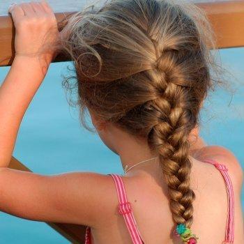 trenza de raz peluqueria ensea paso a paso a hacer peinados faciles y rapidos a nios y nias una trenza de raiz que recoge la parte superior del pelo