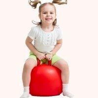 Ejercicio de psicomotricidad infantil con pelotas saltarinas