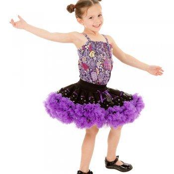 Niña que se desmarca del resto con su baile en una función escolar