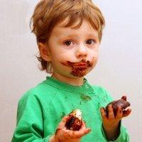Bebé que prueba el chocolate por primera vez