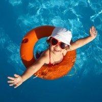 10 juegos para divertirse con los niños en la piscina