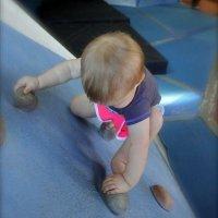 Bebé que escala sin arnés en un rocódromo