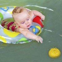 Bebé casi se ahoga en la piscina sin que nadie se de cuenta