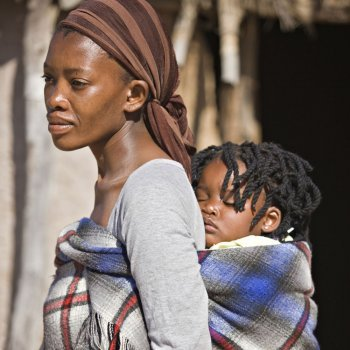 Una mujer africana nos enseña a cargar al bebé a la espalda