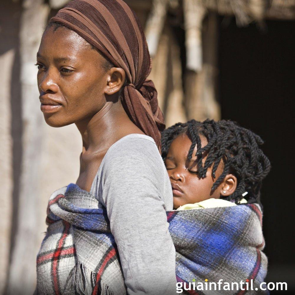 ..Bagunça.. - Página 3 38843-una-mujer-africana-nos-ensena-a-cargar-al-bebe-a-la-espalda