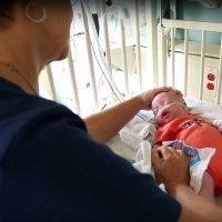Emotivo encuentro entre niños prematuros y la enfermera que les salvó