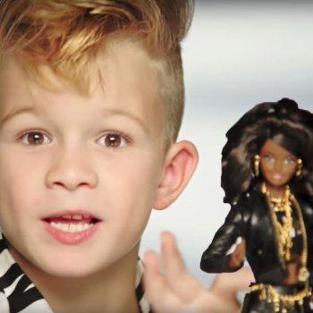 Barbie incluye a un niño en un anuncio