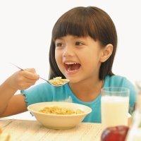 3 alimentos básicos en un desayuno infantil
