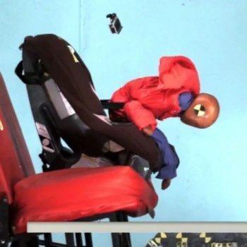 Llevar al niño en la silla del coche con el abrigo es peligroso