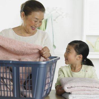 Trucos para enseñar a tu hijo a doblar y ordenar su ropa