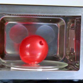 Inflar un globo en un microondas