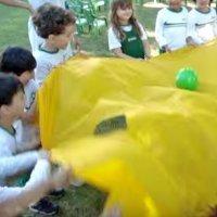 El fútbol de paracaídas, un juego infantil para fomentar el trabajo en equipo