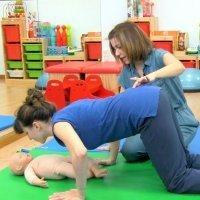 Ejercicio de abdominales con el bebé en el posparto