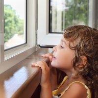 Consejos para evitar caídas infantiles a gran altura