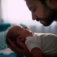 Un padre calma a su bebé con la técnica del 'Om'