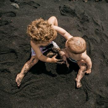 Una pelea entre bebés grabada por sus propios padres