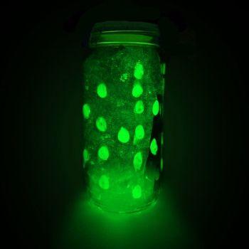 Cómo hacer un frasco fluorescente que brilla en la oscuridad