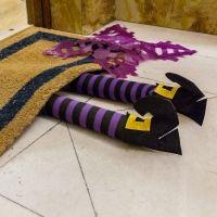 Piernas de bruja para decorar la casa en Halloween. Manualidades para niños
