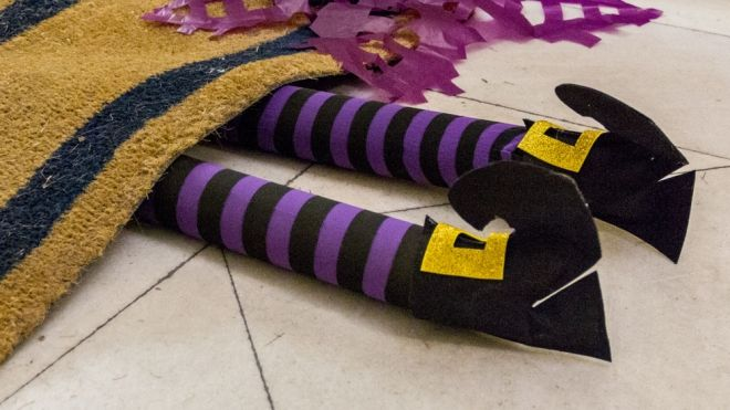 Piernas de bruja para decorar la casa en halloween - La casa de las manualidades ...