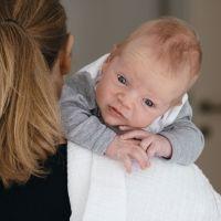 Tres posturas para ayudar al bebé a expulsar los gases