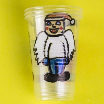 Juego con vasos de plástico para Navidad. Manualidades de reciclaje para niños