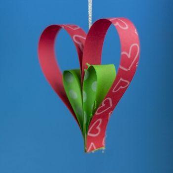 Adorno de corazón para el árbol de Navidad. Manualidades de reciclaje para niños
