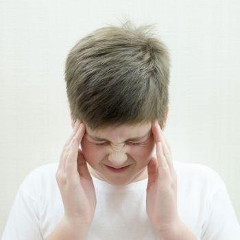 Cómo aliviar con masajes el dolor de cabeza y la congestión nasal de los niños