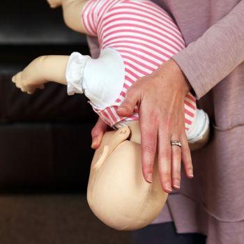 Qué hacer ante el atragantamiento de un bebé