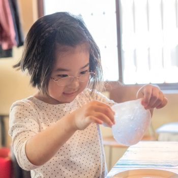 Slime transparente con purpurina. Manualidades infantiles
