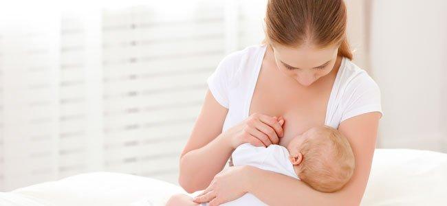 Madre da de mamar al bebé