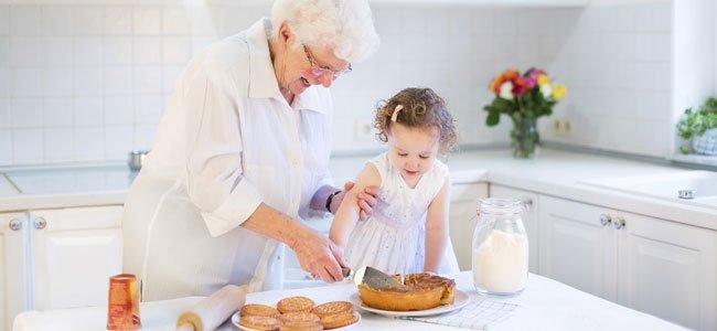 Abuela cocina con nieta