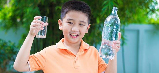 Agua Mineral O Agua Del Grifo Para Bebés Y Niños