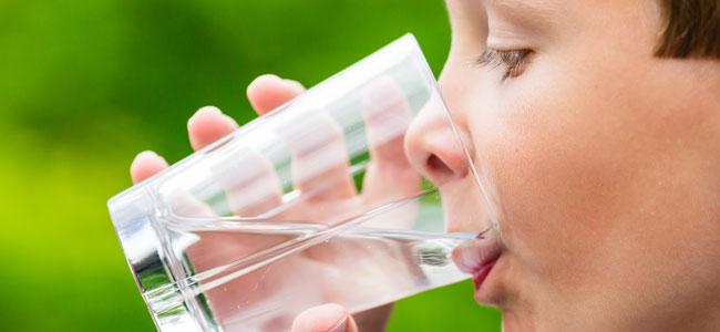 El agua en la infancia y el error de dar otras bebidas a los niños