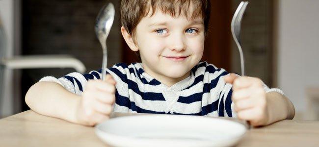 Cena de los niños que comen en comedor del colegio