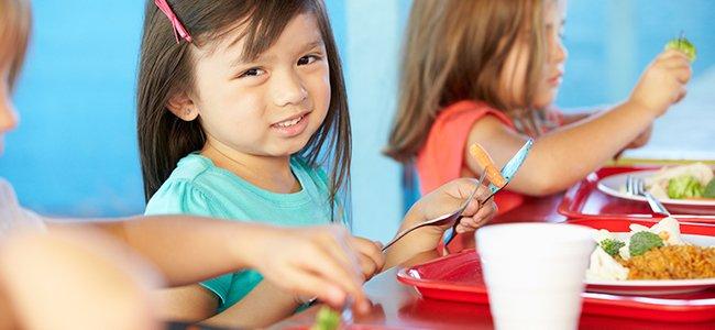 Niños que comen mal en el comedor del colegio
