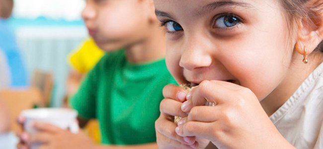 Niños que comen bien en el colegio