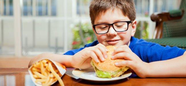 Nino-come-hamburguesas