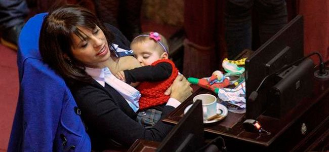 Diputada argentina amamantando al bebé