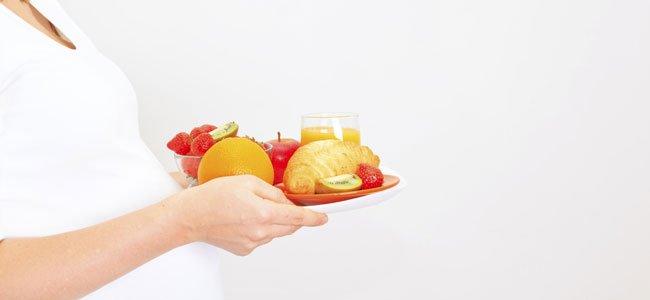 Embarazada con frutas naranjas