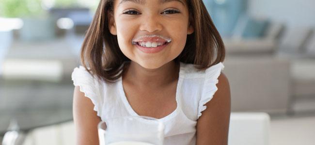 Leche de vaca para los niños o leche vegetal, ¿qué hacer?