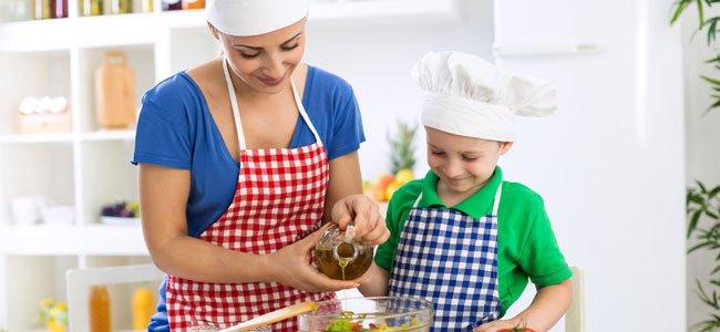 Madre cocina con niño