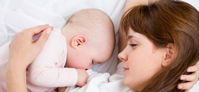 Madre da de mamar a su bebé